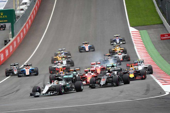 白眉の2016年オーストリアGP。2番グリッドのニコ・ヒュルケンベルグがスタートで手こずるのを尻目に、バトンはルイス・ハミルトンに続いて2番手でターン1を通過。キミ・ライコネンを抑え7周目途中までそのポジションをキープした。