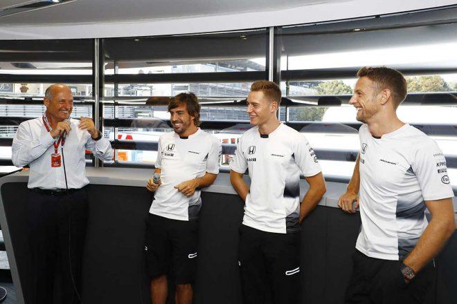 2016年イタリアGPで翌年からアロンソとストフェル・バンドーンを起用すると発表したマクラーレン。同時にバトンと2年のアンバサダー契約を締結したことを明らかにした。現役復帰の可能性を残してはいたが、バトンの気持ちはすでに引退で固まっていた。
