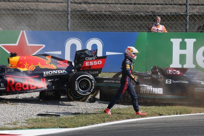 2021年F1第14戦イタリアGP ルイス・ハミルトン(メルセデス)との接触後、立ち去るマックス・フェルスタッペン(レッドブル・ホンダ)