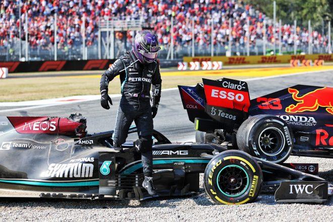 2021年F1第14戦イタリアGP マックス・フェルスタッペン(レッドブル・ホンダ)との事故の後、マシンからおりるルイス・ハミルトン(メルセデス)