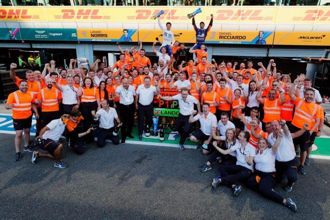2021年F1第14戦イタリアGP ダニエル・リカルドとランド・ノリスのワンツーを祝うマクラーレンチーム