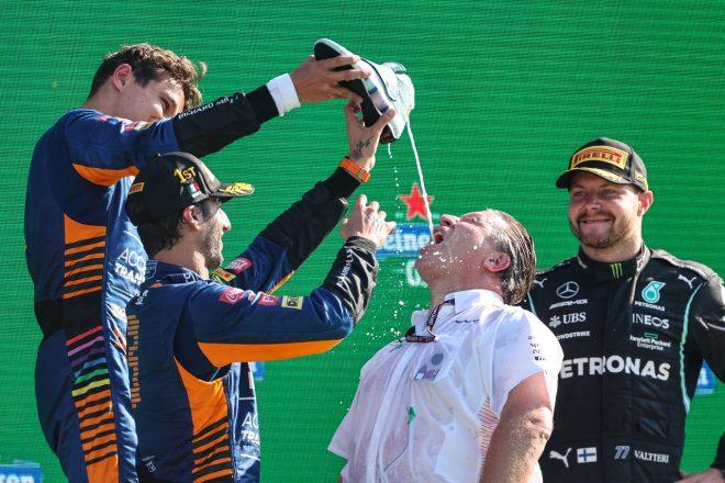 2021年F1第14戦イタリアGP 優勝ダニエル・リカルドと2位ランド・ノリス(マクラーレン)、3位バルテリ・ボッタス(メルセデス)