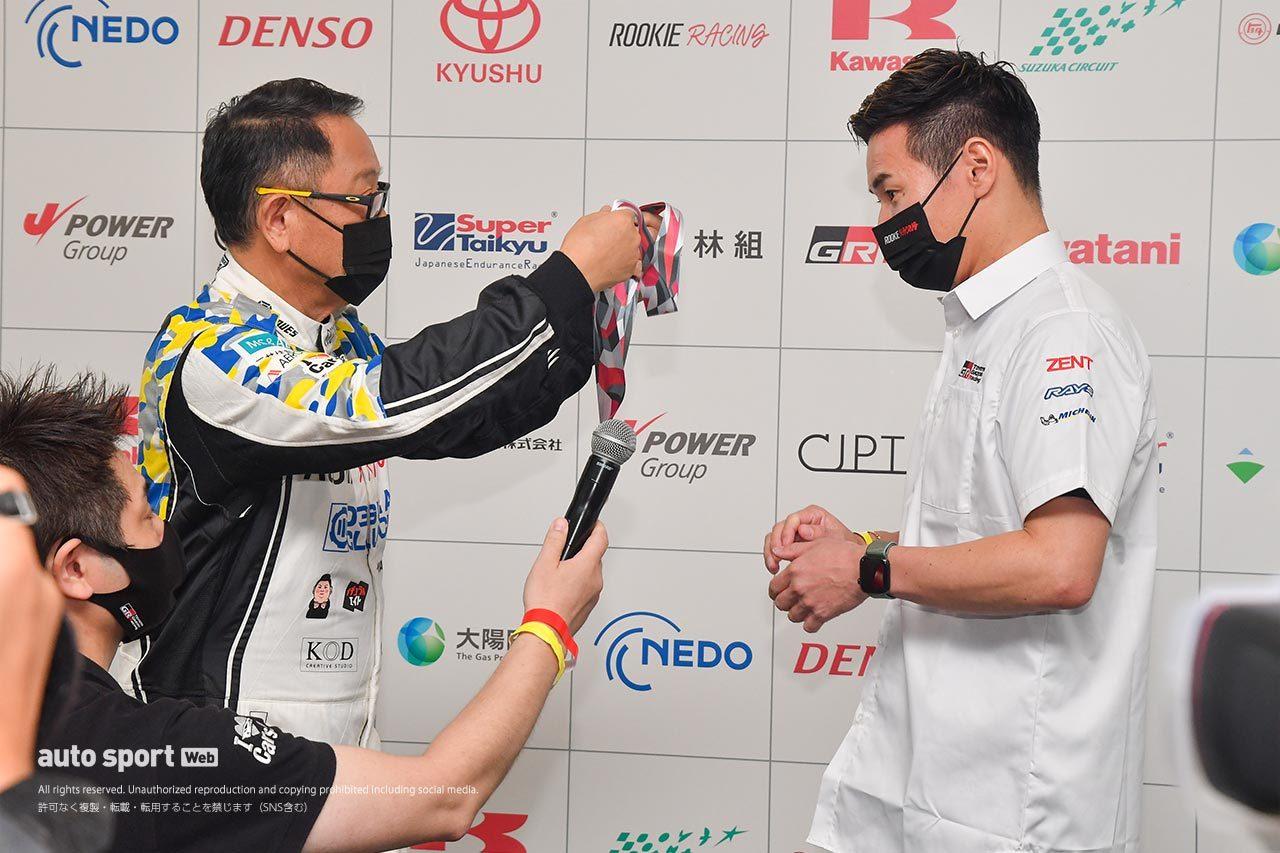ル・マン24時間優勝の小林可夢偉、2位の中嶋一貴に「オリンピックイヤーの特別な」メダルを授与