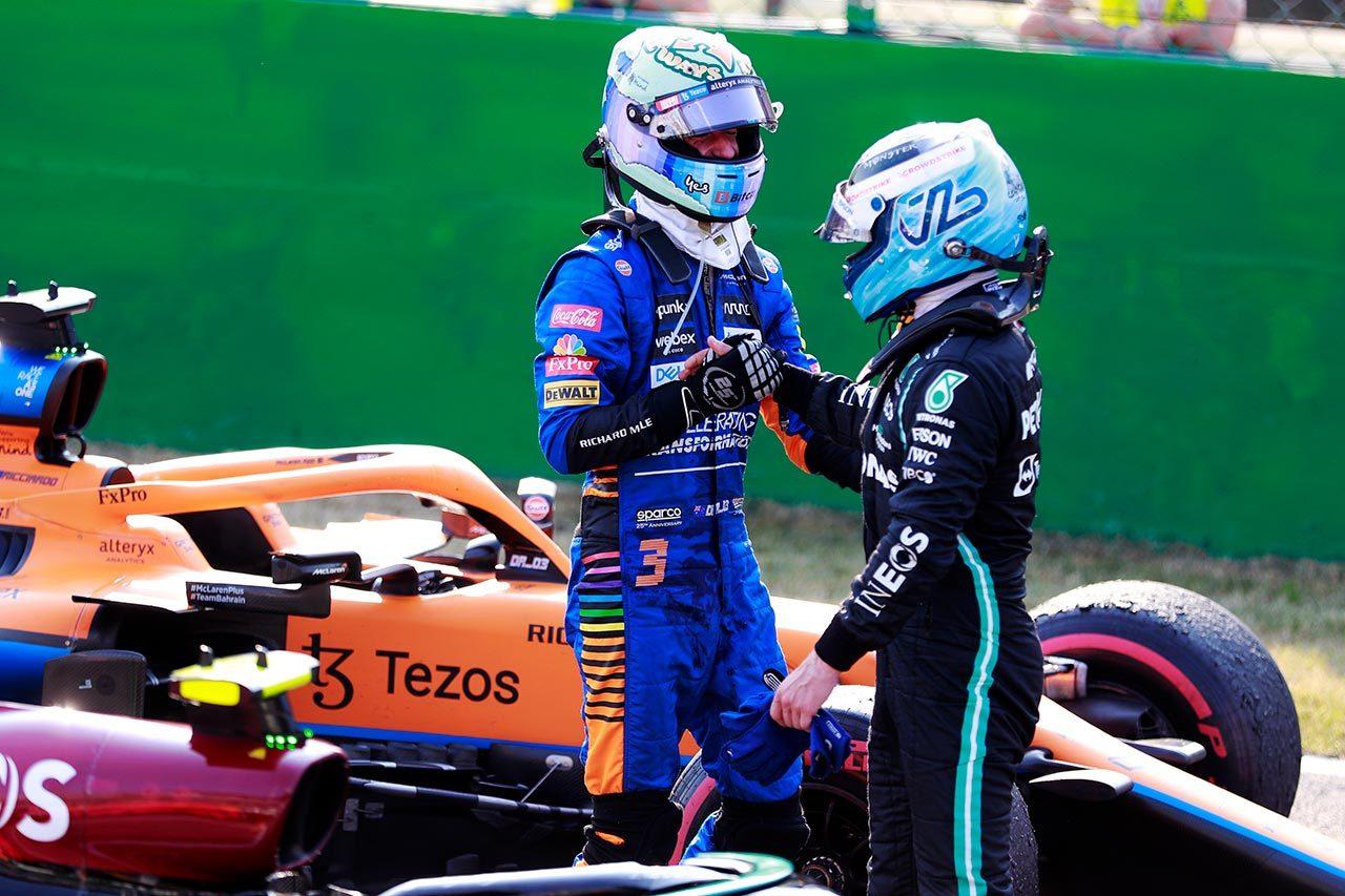 2021年F1第14戦イタリアGP優勝したリカルドを讃える3位のボッタス