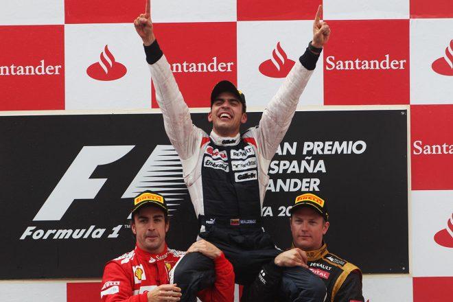 2012年スペインGP 初優勝を飾ったマルドナドを担ぎ上げるアロンソとライコネン
