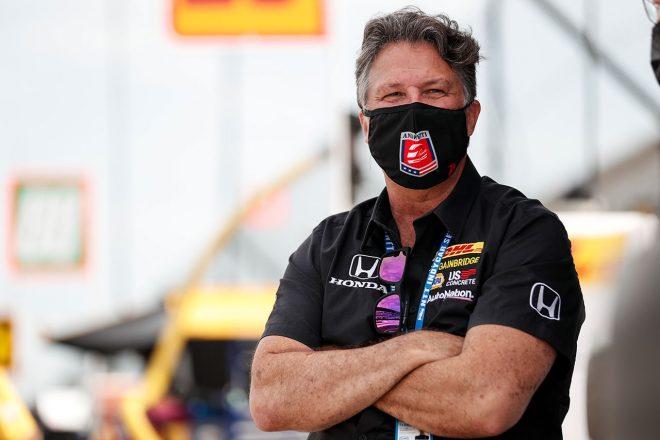 F1   F1チーム買収の噂が飛び交うアンドレッティ。チームオーナーのマイケルは参戦に向け「取り組んでいる」と父マリオが明かす