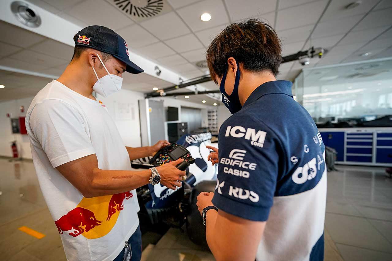 角田裕毅がMotoGPを初観戦。中上貴晶とカート対決やマルク・マルケスと会話を楽しむ