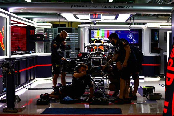 2021年F1第15戦ロシアGP ピット内で整備が進められるペレスのマシン