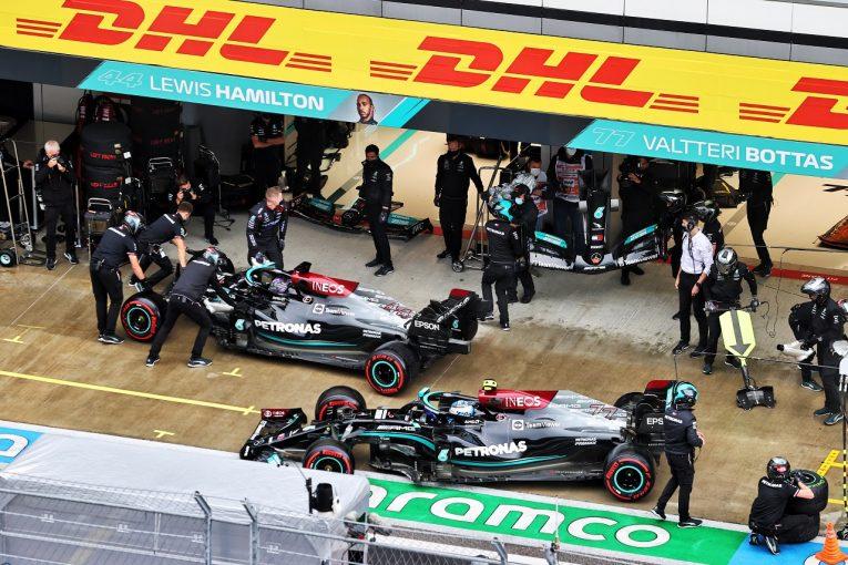 F1   ハミルトン「チャンピオンのやることではない」と意気消沈。メルセデスは「ミスでなく不運でPPを逃した」/F1第15戦