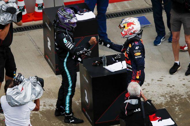 2021年F1第15戦ロシアGP 優勝したルイス・ハミルトン(メルセデス)と2位のマックス・フェルスタッペン(レッドブル・ホンダ)