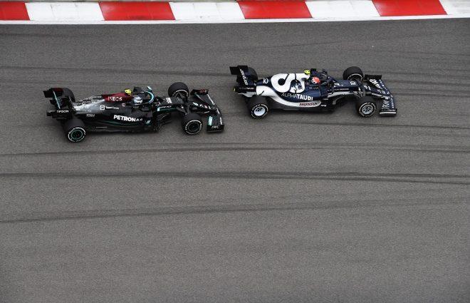 2021年F1第15戦ロシアGP ピエール・ガスリー(アルファタウリ・ホンダ)とバルテリ・ボッタス(メルセデス)