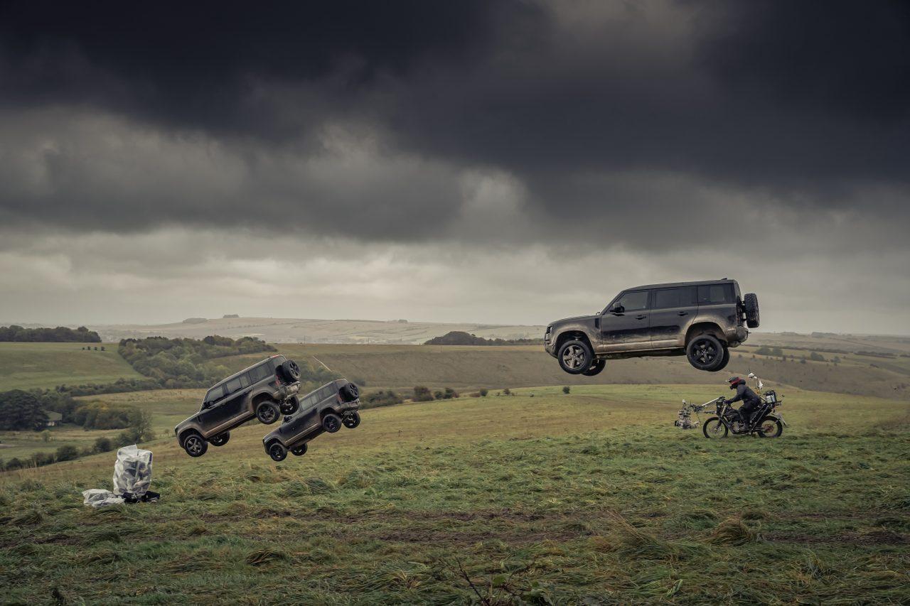 人気の『ランドローバー・ディフェンダー』に、あの諜報員の世界観漂う漆黒の期間限定車が登場