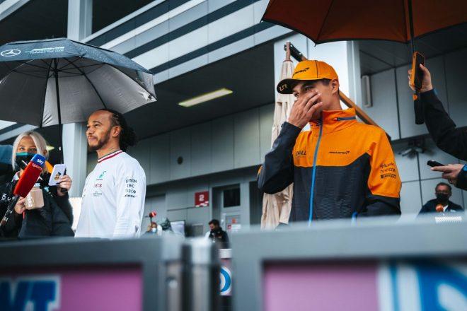 2021年F1第15戦ロシアGP 決勝後のランド・ノリス(マクラーレン)とルイス・ハミルトン(メルセデス)