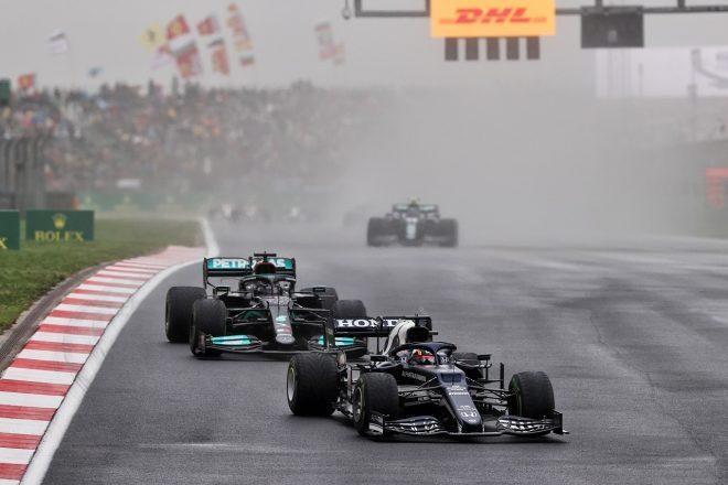 2021年F1第16戦トルコGP 角田裕毅(アルファタウリ・ホンダ)とルイス・ハミルトン(メルセデス)