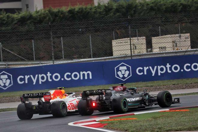 2021年F1第16戦トルコGP セルジオ・ペレス(レッドブル・ホンダ)とルイス・ハミルトン(メルセデス)のバトル