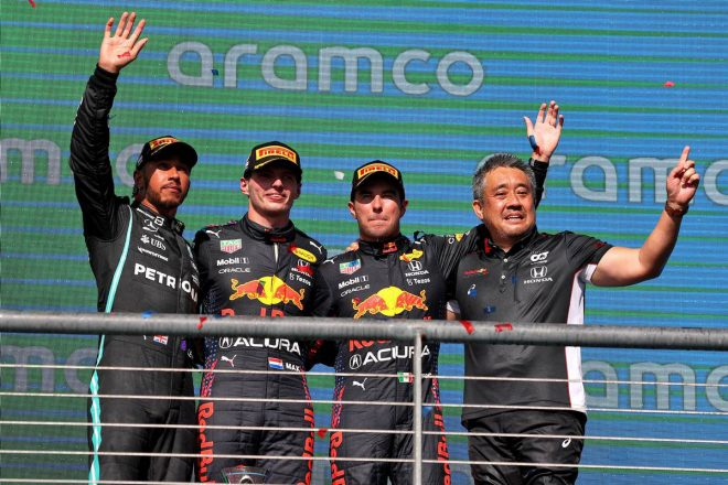 F1   ハミルトンとの接戦を制したフェルスタッペンが今季8勝目。角田は9位で6戦ぶりの入賞【決勝レポート/F1第17戦】